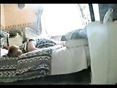Возбуждённая девушка на видео со скрытой камеры увлечена любительской мастурбацией