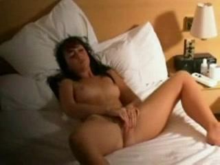 Любительское видео с мастурбацией молодой брюнетки сняла скрытая камера