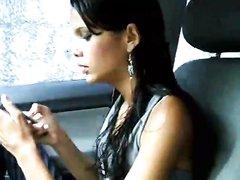 Бразильская авто леди в любительском видео исполнила стриптиз в машине
