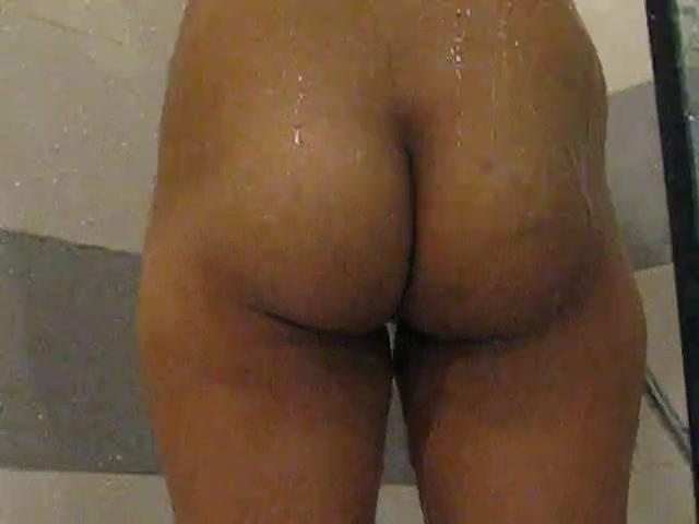Домашнее видео с подглядыванием за молодой азиаткой купающейся в душе