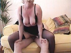 Зрелая блондинка в чулках в любительском видео дрочит киску перед интимной близостью