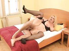 Зрелая толстая блондинка в чулках в любительском видео сосёт член до проникновения