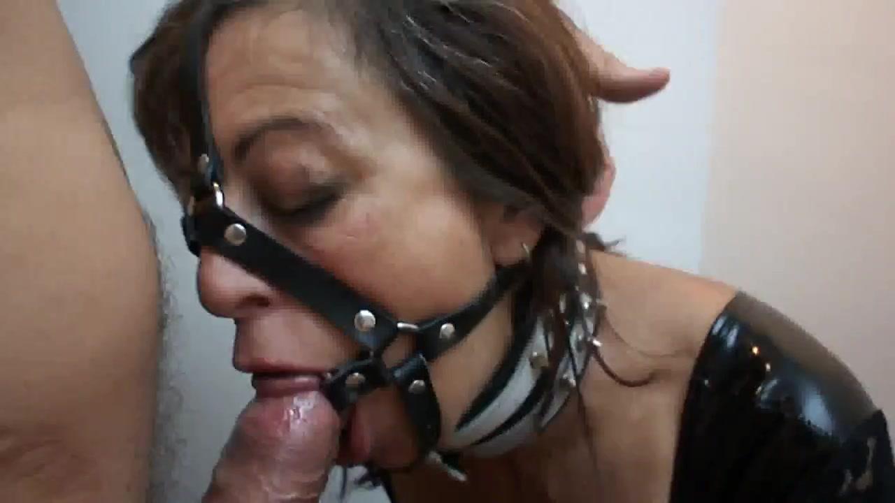 Зрелая дама с интимным пирсингом обожает домашний анальный секс с БДСМ