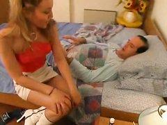 Утро зрелый мужчина начинает с любительского секса с молодой проституткой