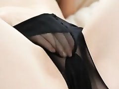 Молодая горничная в чулках сняла трусики для мастурбации в любительском видео