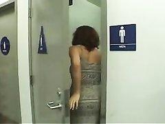 Зрелая любительница в видео от первого лица нежно отсасывает молодой член