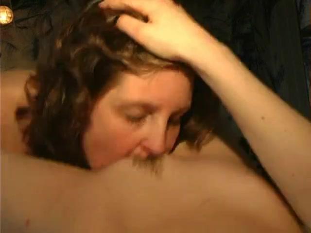 В любительском лесбийском видео утром немецкие красотки шалят в постели