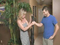 Для интимной близости с молодым хахалем зрелая блондинка использует секс качели