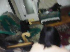Дамочка встала на карачки в любительском анальном видео от первого лица