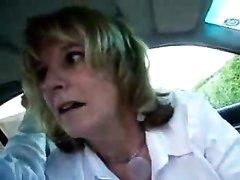 Таксист в видео от первого лица снял любительский минет зрелой блондинки