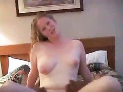Ради домашнего секса с чёрным членом зрелая блондинка пошла на супружескую измену