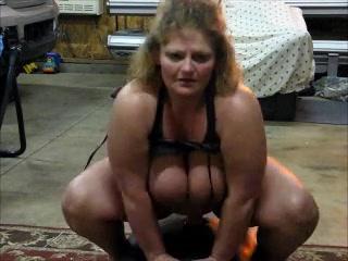 Толстая зрелая блондинка оседлала секс игрушку для любительской мастурбации