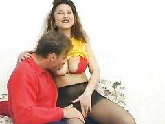 Зрелая строптивая пышка в чулках в немецком видео отдалась нежному любовнику