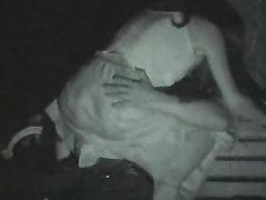 Нимфоманка в любительском видео трахается в парке на скамейке с незнакомцем