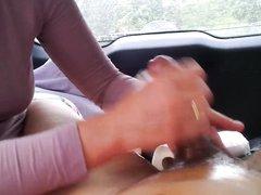 Зрелая немка в домашнем видео от первого лица дрочит член до окончания на руки