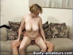 Коллега зашёл к зрелой блондинке для домашнего секса и трахнул красотку