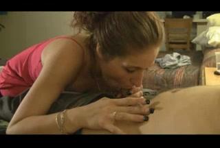 Курящая шлюха с чувством делает любительский минет в видео от первого лица