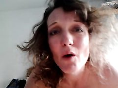 В видео от первого лица зрелая женщина делает домашний минет с глубокой глоткой
