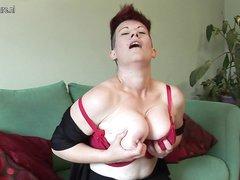 Рыжая зрелая леди с большими сиськами в домашнем видео дрочит розовым вибратором