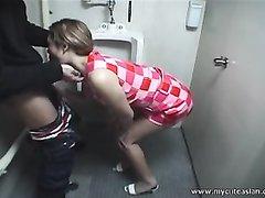 Красивая азиатка в домашнем видео делает минет возбуждённому коллеге по работе
