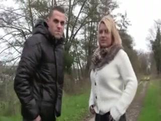 Незнакомец снял фигуристую блондинку и трахнув в домашнем видео кончил в рот