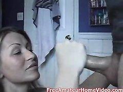 Мастурбация члена зрелой блондинкой для окончания на лицо в домашнем видео