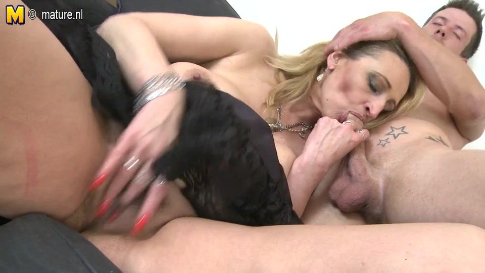 Студент трахает в рот зрелую блондинку и дрочит киску перед любительским сексом