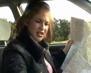 Блондинка в любительском видео от первого лица дрочит крепкий член водителя
