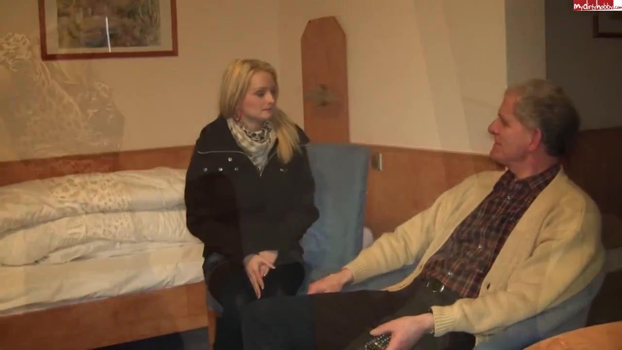 Блондинка с обвисшими сиськами в любительском видео сосёт член зрелого соседа