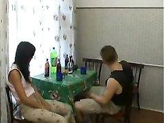 Студентка с маленькими сиськами в русском домашнем видео раздвинула ноги