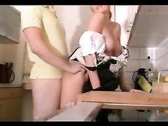 Немецкая блондинка горничная в любительском видео берёт в рот и раздвигает ноги