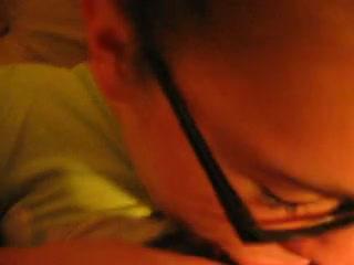 Белая домохозяйка в видео от первого лица сосёт и дрочит член для буккакэ