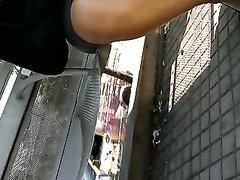 Любительское подглядывание под юбку зрелой и красивой женщины снято на видео