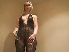 Блондинка в колготках в домашнем видео крупным планом показывает киску