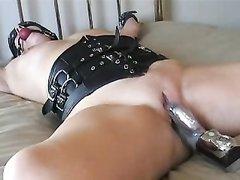 Грудастая зрелая дама привязана для домашней мастурбации в стиле БДСМ
