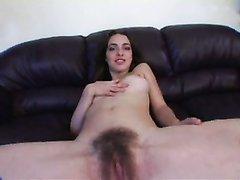 Женщина с волосатой промежностью в любительской соло сцене раздвинула ноги