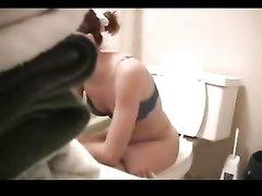 В туалете скрытая камера снимает мастурбацию домохозяйки сидящей на унитазе