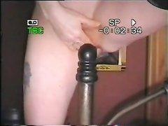 Любительская мастурбация зрелой дамы со стойкой кровати перед вебкамерой