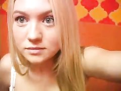 Блондинка села на унитаз для любительской мастурбации перед вебкамерой