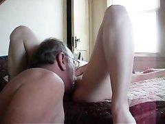 Зрелый любовник лижет влажную киску молодой девушки и наваливается сверху