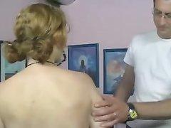 Грудастая немецкая домохозяйка с тату отдалась поклоннику после куни