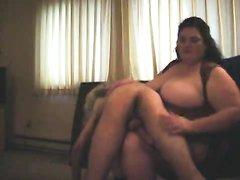 Зрелая толстуха в домашней обстановке перед вебкамерой наказала молодого хахаля