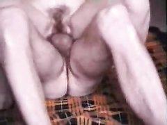 Мужчина в постели лижет волосатую киску зрелой любовницы и кончает внутрь