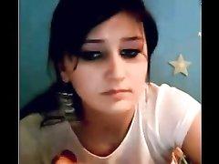 Широкобёдрая турчанка мастурбирует киску перед домашней вебкамерой