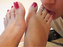 Домашнее женское доминирование с парнем лижущим ухоженные ноги госпоже