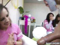 Девушки в групповой сцене по очереди делают любительский минет танцору