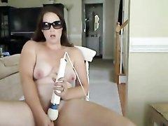 Леди разделась перед вебкамерой и села с вибратором для любительской мастурбации