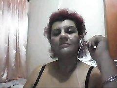 Рыжая зрелая домохозяйка с толстой фигурой разделась перед вебкамерой