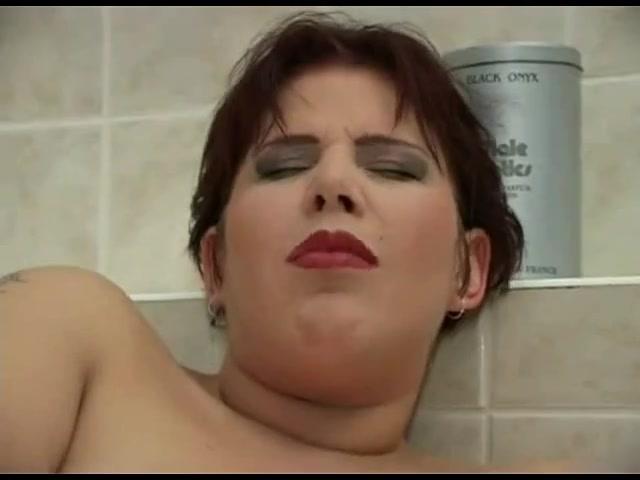 Крупный план любительской мастурбации с вибратором от зрелой грудастой женщины