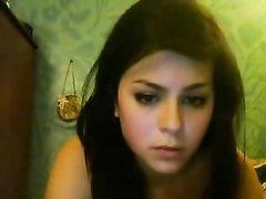Фигуристая молодая брюнетка а домашнюю вебкамеру показывает прелести